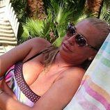Belén Esteban descansa en bikini durante sus vacaciones en la playa