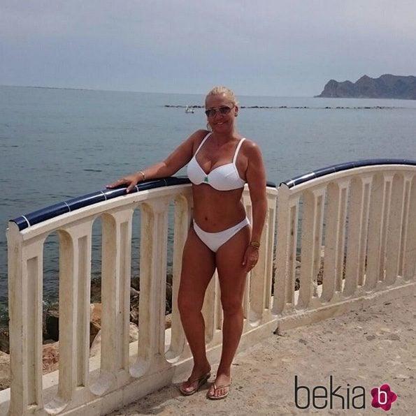 Belén Esteban posando en bikini en el paseo marítimo de Benidorm