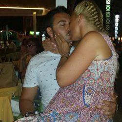 Belén Esteban y Miguel besándose apasionadamente en sus vacaciones de verano