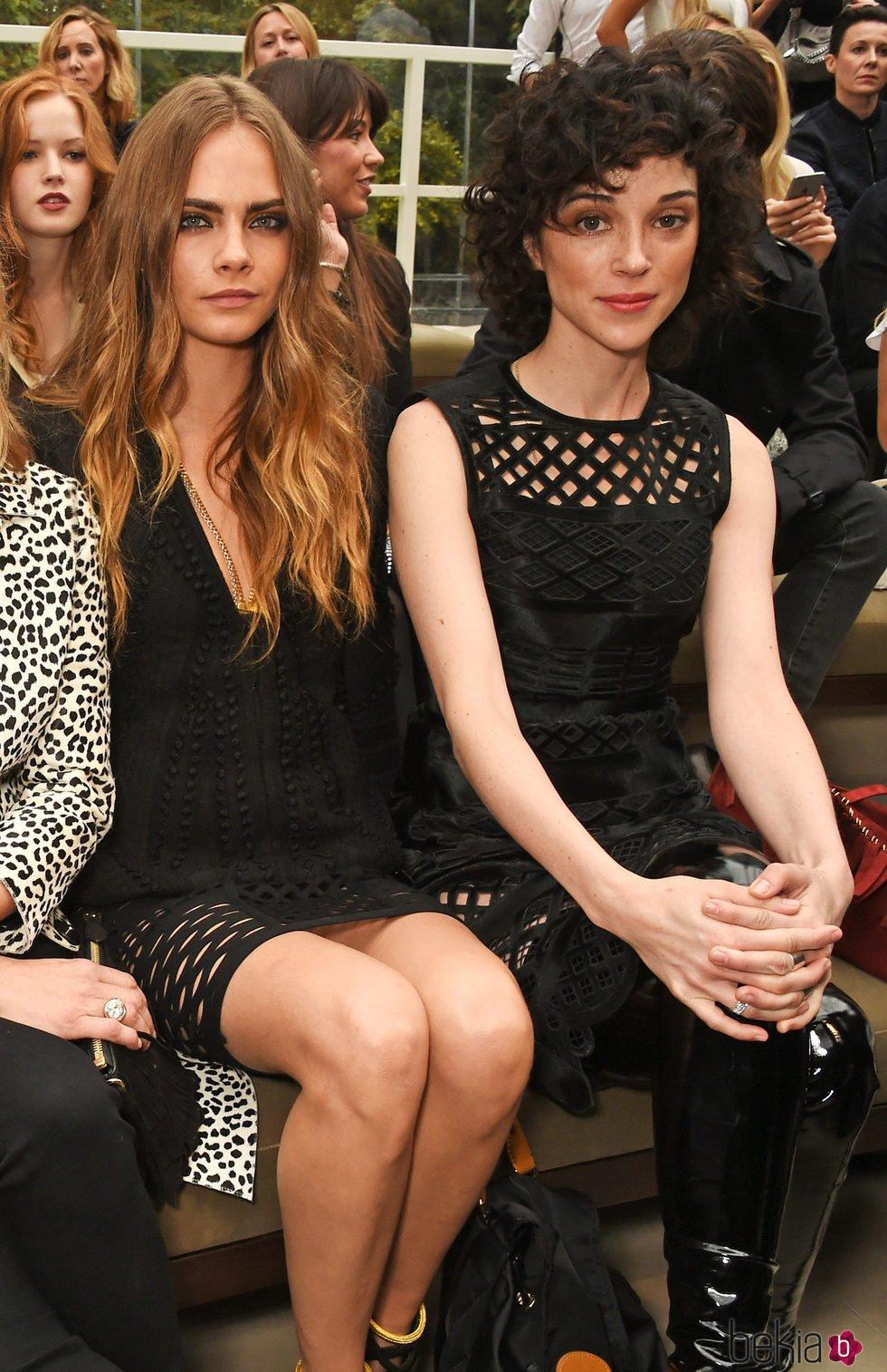 Cara Delevingne y Annie Clark en la London Fashion Week de 2015