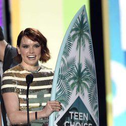 Daisy Ridley con su premio en los Teen Choice Awards 2016