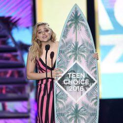Chloe Moretz con su premio en los Teen Choice Awards 2016