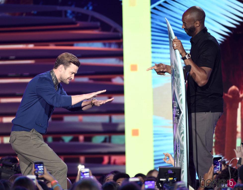 Justin Timberlake y Kobe Bryant en los Teen Choice Awards 2016