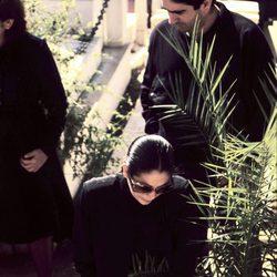 Isabel Pantoja rezando en la tumba de Paquirri el día de su entierro