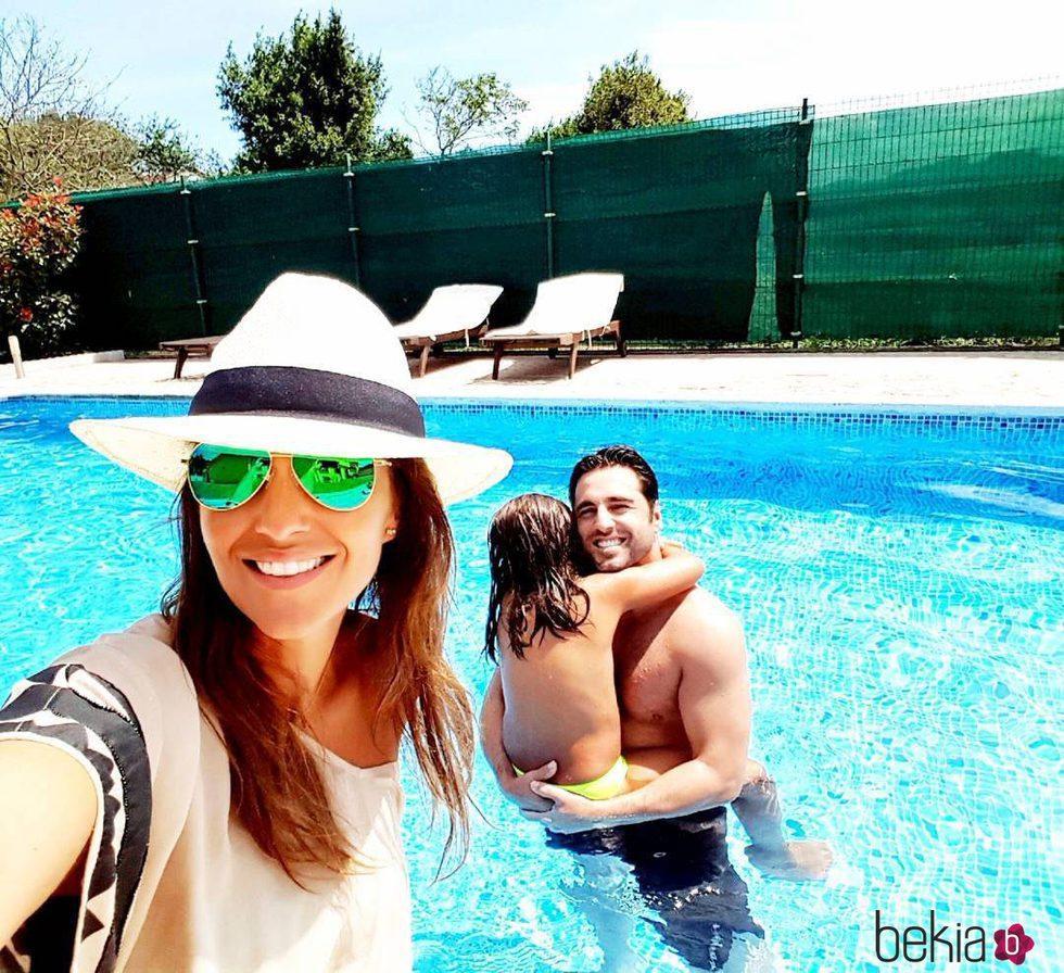 Paula Echevarría y David Bustamante con su hija Daniella en la piscina en Candás