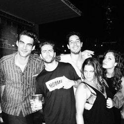 Hiba Abouk, Pelayo Díaz y Jon Kortajarena con algunos amigos en el concierto de Beyoncé