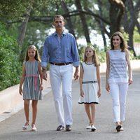 El Rey Felipe VI y la Reina Letizia con sus dos hijas en el posado de verano 2016 en Mallorca