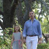 La Infanta Sofía y el Rey Felipe VI de paseo por los jardines de Marivent