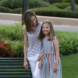 La Reina Letizia mira sonriente a la Infanta Sofía en el posado d everano 2016