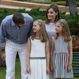 Los Reyes Felipe VI y Letizia se divierten con sus hijas en el posado de verano 2016