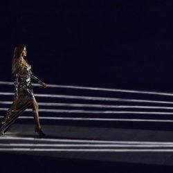 Gisele Bündchen desfila con vestido metalizado en la ceremonia de inauguración de los Juegos Olímpicos de Río 2016