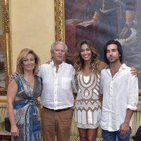 Lara Álvarez junto a sus padres y hermano