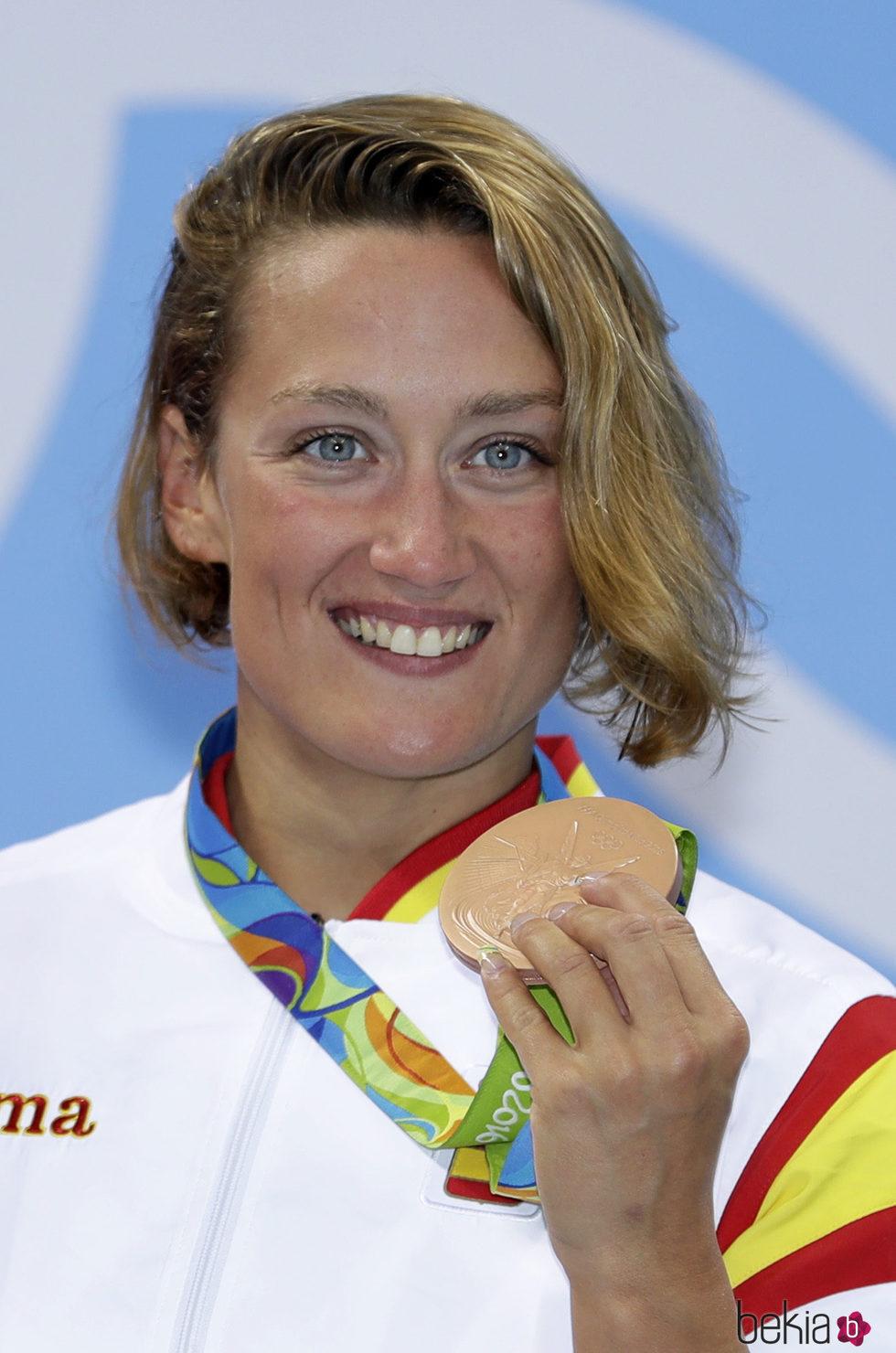 Mireia Belmonte Garcia mostrando el bronce después de la competición de los 400 metros en los Juegos Olímpicos de Río
