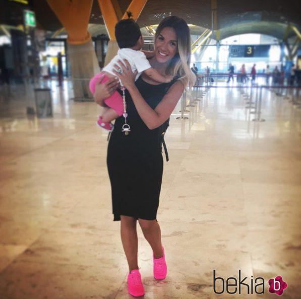 Tamara Gorro con su hija Shaila en el aeropuerto poniendo rumbo a Rusia