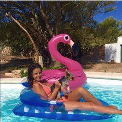 Marta Torné posando en un flotador junto a su perro