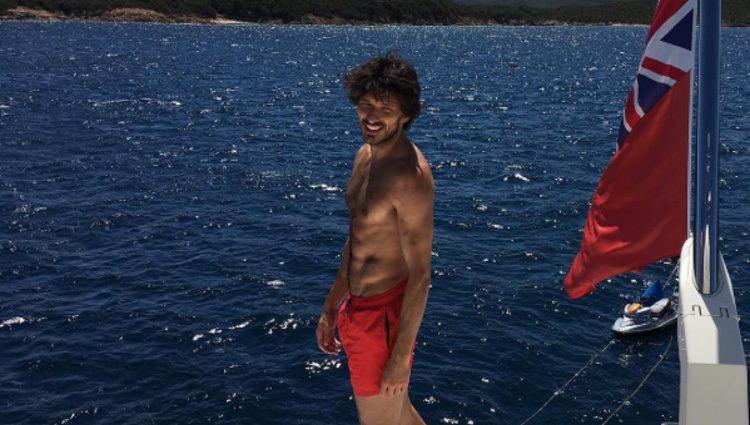 Ándres Velencoso luciendo abdominales en un barco
