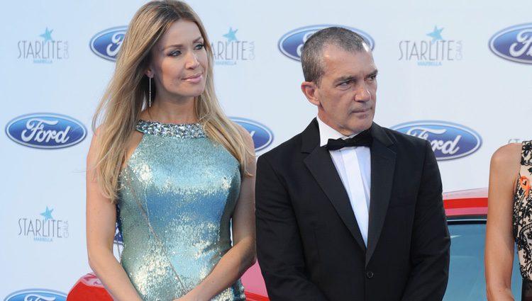 Antonio Banderas y Nicole Kimpel mirando en la misma dirección en la Gala Starlite 2016