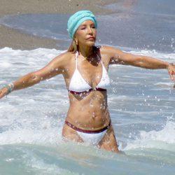 Carmen Lomana dándose un chapuzón en las playas de Marbella