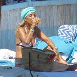 Carmen Lomana tomando un refresco durante un día de playa en Marbella