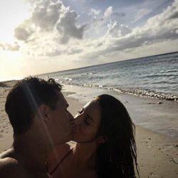 Christian Gálvez y Almudena Cid celebrando su aniversario en la playa