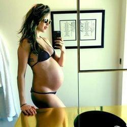 Behati Prinsloo muestra su barriguita de embarazada en su octavo mes