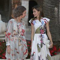 La Reina Sofía y la Reina Letizia hablando durante la recepción a las autoridades de Mallorca