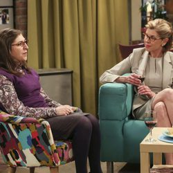 Mayim Bialik y Christine Baranski en un capítulo de 'The Big Bang Theory'