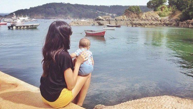 Raquel del Rosario enseña por primera vez Galicia a su hijo Mael
