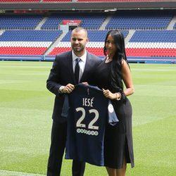 Jesé Rodríguez con su novia Aura Ruiz en su presentación como jugador del PSG