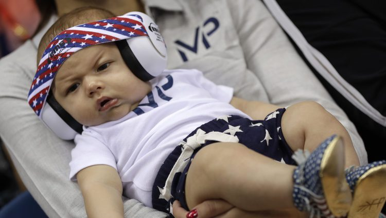 Boomer Phelps con protección en los oídos