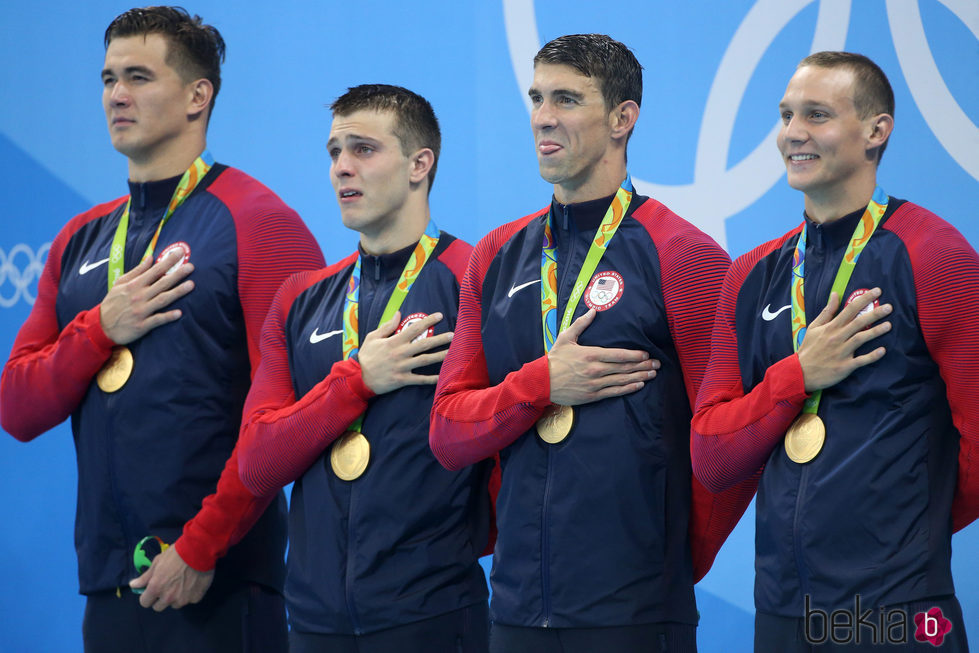 El equipo de natación de Estados Unidos tras ganar el Oro en los 400 metros libres en Rio 2016