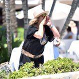 Terelu Campos llamando a alguien a voces durante una jornada de playa en Marbella