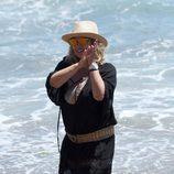 Terelu Campos tocando las palmas durante una jornada de playa en Marbella