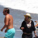 Terelu Campos charlando con Juan Peña en la orilla de una playa de Marbella