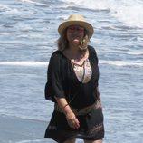 Terelu Campos paseando muy sonriente por las playas de Marbella