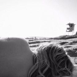 Chloe Grace Moretz sin la parte de arriba del bikini