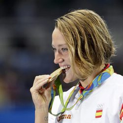 Mireia Belmonte mordiendo la medalla de oro de los 200 metros mariposa en Rio 2016