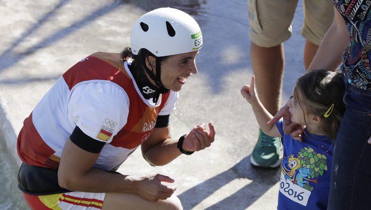 Maialen Chourraut celebra el oro olímpico con su hija
