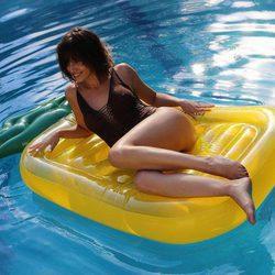 Úrsula Corberó posa en traje de baño sobre un hinchable en forma de piña