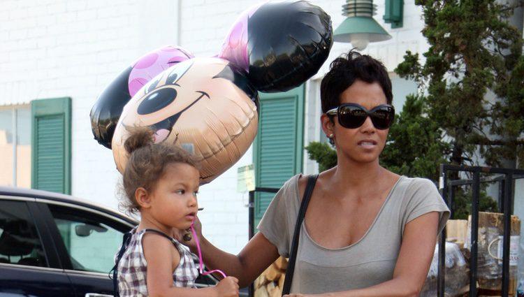 Halle Berry y su hija Nahla de compras