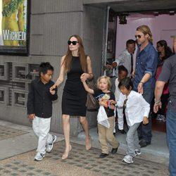 Angelina Jolie y Brad Pitt con cuatro de sus seis hijos