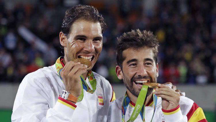 Rafael Nadal y Marc lópez tras ganar un oro olímpico en Río 2016