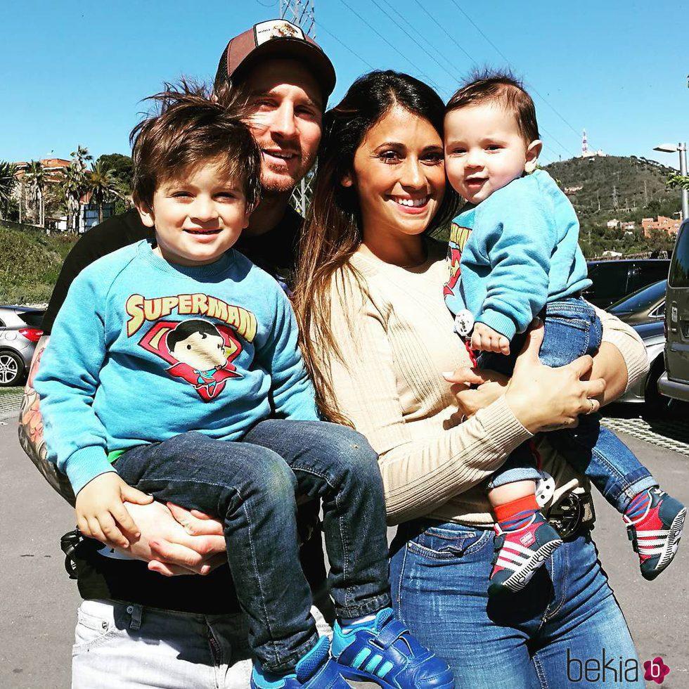 Leo Messi y Antonella Roccouzzo con sus hijos Thiago y Mateo