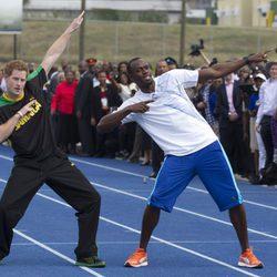 Usain Bolt con el Príncipe Harry durante una visita oficial
