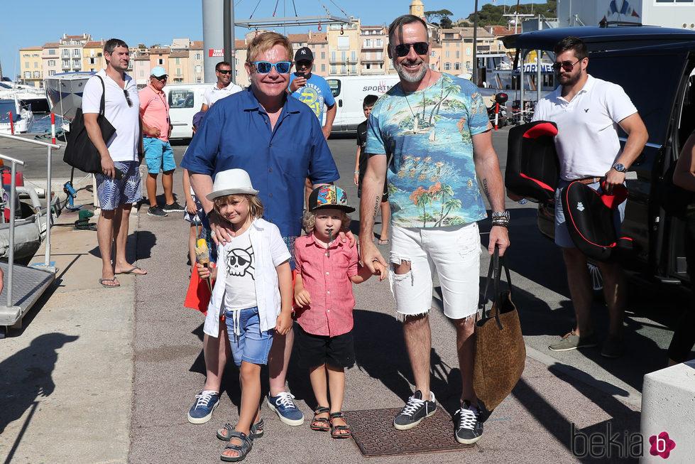 Elton John y David Furnish disfrutando de unas vacaciones por St. Tropez con sus hijos