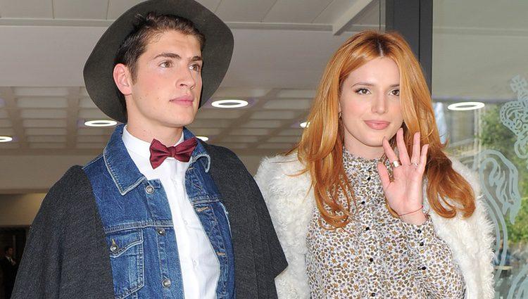 Bella Thorne y Gregg Sulkin en la London Fashion Week en 2015