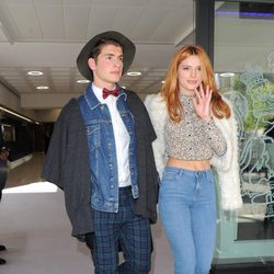 Bella Thorne y Gregg Sulkin en la London Fashion Week en 2015
