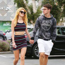 Bella Thorne y Gregg Sulkin pasean cogidos de la mano por Los Angeles
