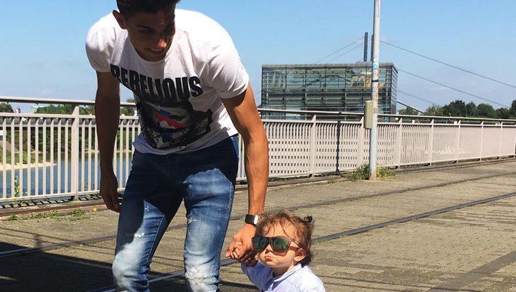 Marc Bartra de paseo por Alemania con su hija Gala