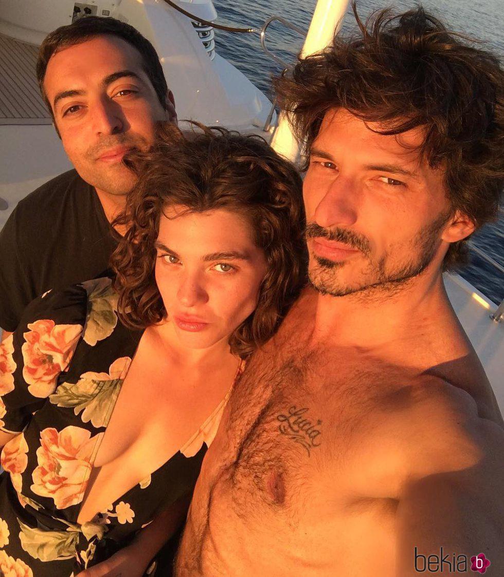 Andrés Velencoso, su nuevo romance Steffy Argelich y un amigo